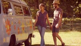 Dans les couples de haute qualité de hippie de format ayant l'amusement ensemble banque de vidéos