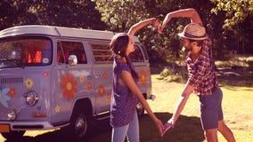 Dans les couples de haute qualité de hippie de format faisant le coeur avec des bras clips vidéos