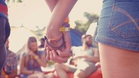 Dans les couples de haute qualité de hippie de format tenant des mains sur le terrain de camping banque de vidéos