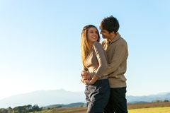 Dans les couples de l'adolescence d'amour à l'extérieur. Images stock