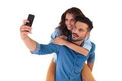 Dans les couples occasionnels d'amour prenant un selfie avec le téléphone d'appareil-photo Image stock