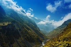 Dans les montagnes en gorge de Karmadon D'Ossetia du nord image stock