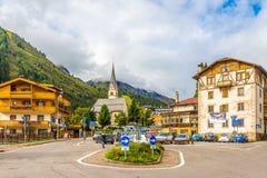 Dans les rues du village d'Arabba en dolomites de l'Italie Image libre de droits
