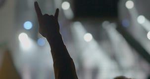 Dans MSU, Moscou sur un concert d'homme de Kino de groupe musical a pris une photo sur le téléphone portable et la main alors vue clips vidéos