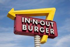 Dans-n-À l'extérieur le signe d'hamburger devant le ciel bleu Images stock