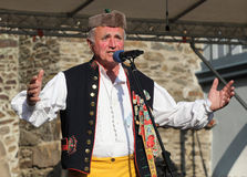 Dans och sjunga för skrud för folk iklädd tjeckisk traditionell. royaltyfria foton