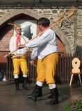 Dans och sjunga för skrud för folk iklädd tjeckisk traditionell. Arkivfoto