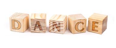 Dans op houten blokken wordt geschreven dat stock foto