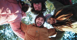 Dans på cirkelgruppen av vänner som tycker om tiden som ler och framme känner sig tillsammans bra av kameran arkivfilmer