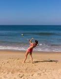 Dans på stranden av Goa Arkivfoton
