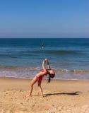 Dans på stranden av Goa Arkivbild