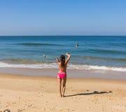 Dans på stranden av Goa Arkivbilder