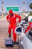 Dans på trafikgenomskärningen med ölbackar royaltyfria foton