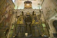 Dans Sevilla Cathedral, l'Espagne du sud, est le mausolée-monument et la tombe fleurie de Christopher Columbus où dre de quatre h Photos libres de droits