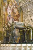 Dans Sevilla Cathedral, l'Espagne du sud, est le mausolée-monument et la tombe fleurie de Christopher Columbus où dre de quatre h Image libre de droits