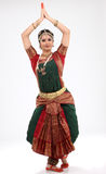 dans som gör den traditionella kvinnan för tradition arkivbilder
