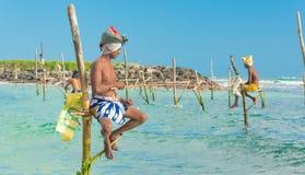 Dans Sri Lanka les pêcheurs locaux pêchent dans le style unique Photos stock