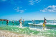 Dans Sri Lanka les pêcheurs locaux pêchent dans le style unique Images libres de droits