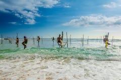 Dans Sri Lanka, un pêcheur local pêche dans le style unique le soir Photographie stock