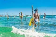 Dans Sri Lanka, un pêcheur local pêche dans le style unique le soir Image libre de droits