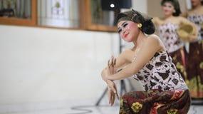DANS TADITIONAL FÖR MEKIPUT ENDUT BALI royaltyfri foto