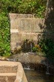 Dans un canal concret a guidé Levada, apport de l'eau par deux trous dans le béton image stock
