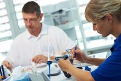 Dans un laboratoire dentaire Images libres de droits