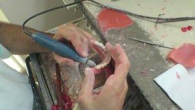 Dans un laboratoire dentaire construisant l'implant dentaire banque de vidéos