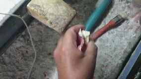 Dans un laboratoire dentaire construisant l'implant dentaire clips vidéos