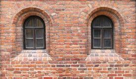 Dans un mur de briques rouge du château médiéval il y a l'étroit deux Photo stock