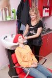 Dans un salon de cheveu Photographie stock libre de droits