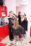 Dans un salon de cheveu Photographie stock