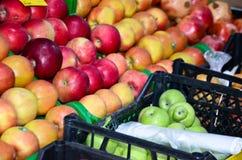 Dans une boîte de pommes dans le supermarché Photos stock
