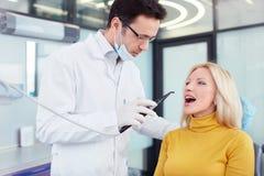 Dans une clinique dentaire images libres de droits