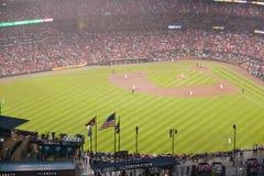 Dans une partie de nuit et une brume de pluie légère, le battement de Florida Marlins 2006 l'équipe de baseball de champion de la Photos stock