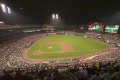 Dans une partie de nuit et une brume de pluie légère, le battement de Florida Marlins 2006 l'équipe de baseball de champion de la Photos libres de droits