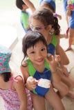 Dans une université à Bangkok, après un cours de natation, childre d'école Photographie stock