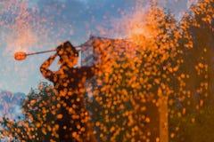 Dans van brand, prestaties Dans van brand Silhouet van de mens met heel wat rond vonken en brand Verbazend magisch concept Stock Foto