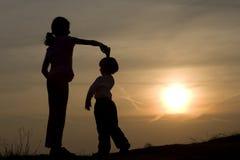 Dans van kinderen in zonsondergang royalty-vrije stock afbeeldingen