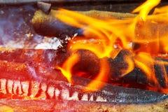 Dans van vlammen tegen een donkere achtergrond, houten brandende grill in de open brand Royalty-vrije Stock Afbeeldingen