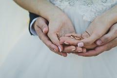 Dans votre mensonge de mains l'anneau de mariage de nouveaux mariés Image libre de droits