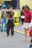 Dansa bland ett par av folk Royaltyfria Bilder