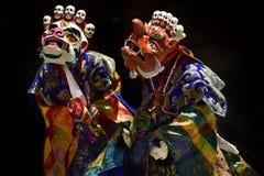 Dansa chamen, dansa höga tantric påbörjanden för munkar i den ljusa kläder och maskeringar vita Mahakala och apelsinen Makara, Ti Royaltyfri Foto