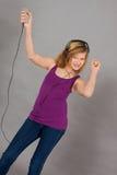 Dansa den lyckliga tonåringflickan som lyssnar till musik Royaltyfria Bilder