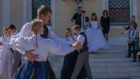 Dansa den traditionella dansen för nytt gift par arkivfilmer