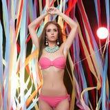 Dansa den unga kvinnan i bikini Arkivbild