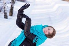 Dansa den unga kvinnan på vintern parkera Royaltyfri Bild