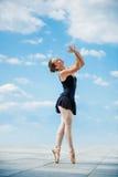 Dansa för balett som är utomhus- Royaltyfria Bilder