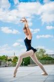 Dansa för balettdansör som är utomhus- Royaltyfria Foton