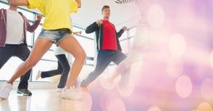 Dansa för folk och rosa bokehövergång Royaltyfria Foton